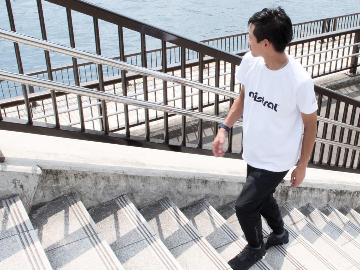 ミストラルメンズHP-ドライTシャツ、ビヨンドドライジョガ―パンツコーデ 春、夏、秋の、40代・50代の男性におすすめする、清潔感のあるスポーツ、スポーティカジュアル着用イメージ