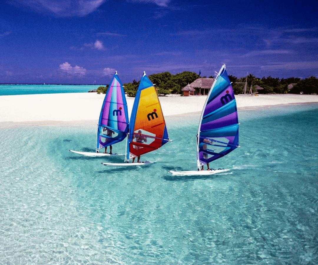 ミストラル(mistral)ブランド誕生当時のウインドサーフィンシーン。海や水を身近に感じられ、落ち着きのあるコースタルライフを世界中の方々に愉しんでいただくことを目指しています
