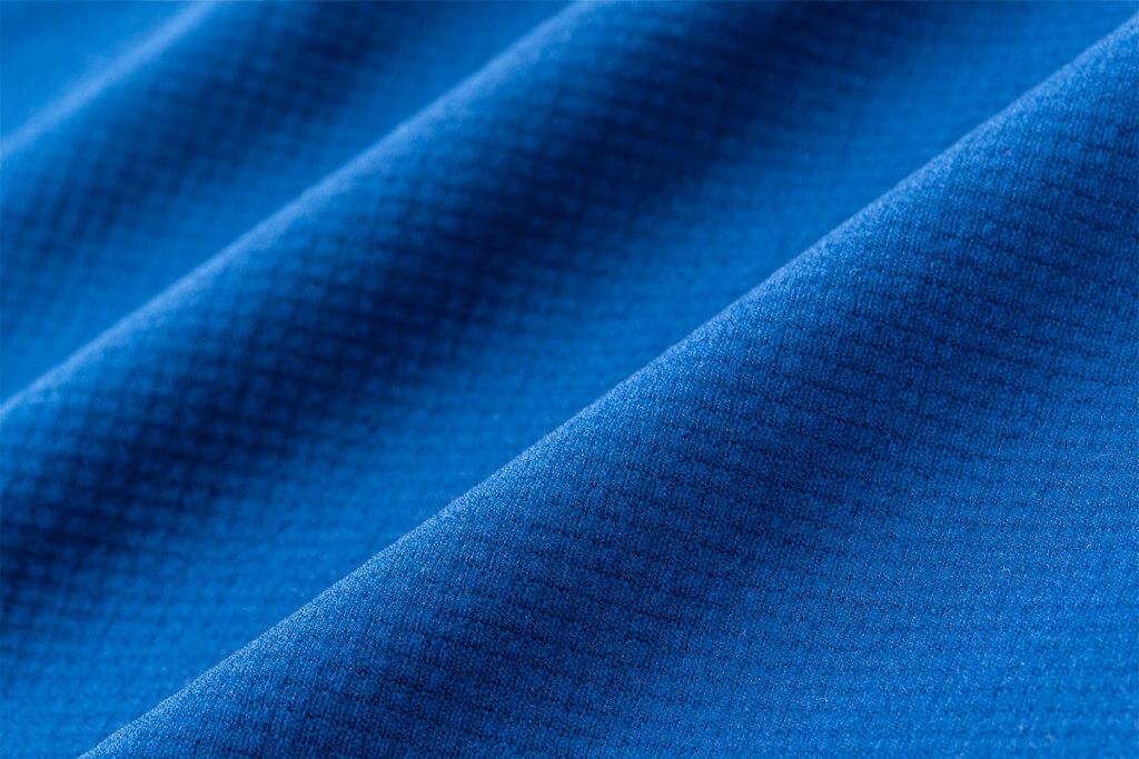 ミストラルユニセックス(メンズ・レディース兼用)HP-ドライTシャツのオモテ面。ポリエステル異形断面糸を使用し水分を吸水拡散させる構造になっており、肌面からの水分を吸い上げ拡散させることで、生地自体の速乾性を高めています。