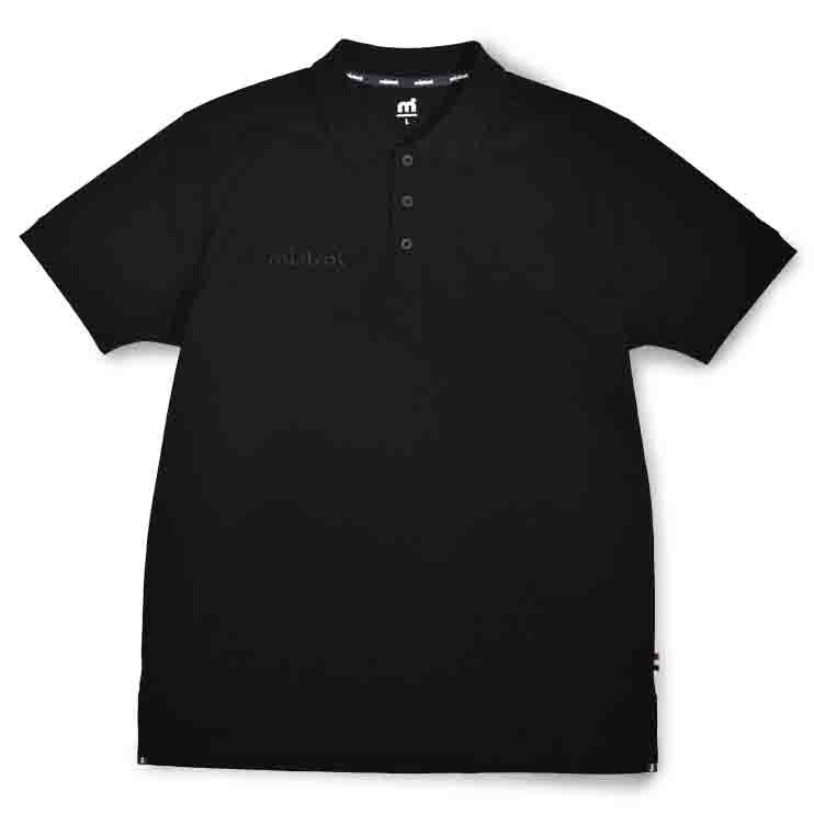 高級感と清潔感を与える表面感。ウォータースポーツブランドの吸水速乾(ドライ)ポロシャツ「ミストラル メンズ シーコンフォートポロシャツ ブラック」フロントデザイン。綿52%、ポリエステル48%。左腕にmドット刺繍ブランドロゴ入り スポーツ・普段着・クールビズ・ビジネス用