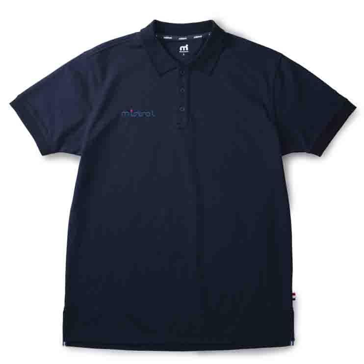高級感と清潔感を与える表面感の、ウォータースポーツブランドの吸水速乾(ドライ)ポロシャツ「ミストラル メンズ シーコンフォートポロシャツ ネイビー」フロントデザイン。綿52%、ポリエステル48%。左腕にmドット刺繍ブランドロゴ入り。スポーツ・普段着・クールビズ・ビジネス用