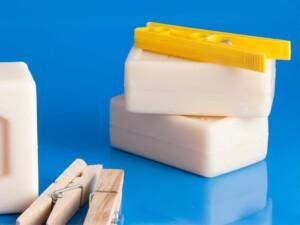 ポリエステル素材機能性ウエアの洗い方2「洗濯用固形石鹸で臭いの気になる部分を揉み洗い」固形石鹸