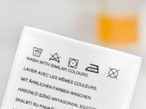 ポリエステル素材機能性ウエアの洗い方1「着用後すぐお湯で洗う」洗濯表示を確認